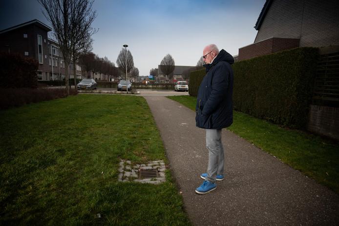 Jan Palm op de plek waar zijn broer Gerrit ongelukkig ten val kwam. Volgens de broers door gebrekkig onderhoud door de gemeente. Die laatste wijst op gladheid door bevriezing en wijst daarom aansprakelijkheid van de hand.