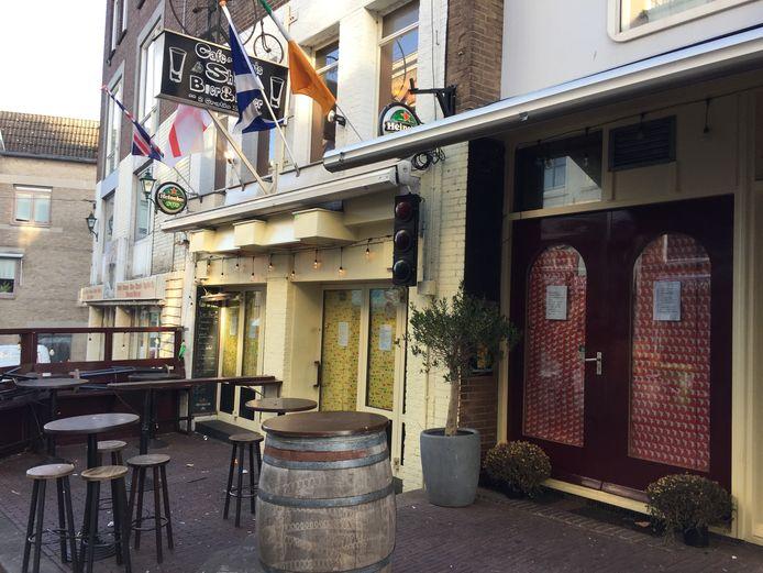 Café de Fiets in Nijmegen, de ruiten zijn inmiddels afgeplakt met Sinterklaas-inpakpapier