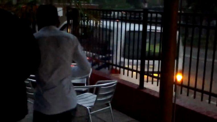 In één van de YouTube-filmpjes is te zien hoe een combi crasht tegen de gevel van het café