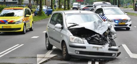 Auto botst tegen taxibus op Doornboslaan in Breda