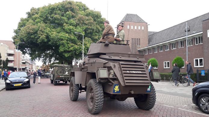Een pantservoertuig van de Liberation Task Force passeert het Titus Brandsma Lyceum in Oss.