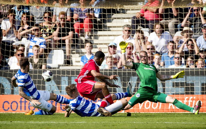 De Graafschap-doelman Filip Bednarek in actie tegen Almere City FC.