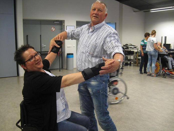 Arna en Ben van Vugt in de zaal van gemeenschapshuis De Garf in Zeeland, waar elke donderdagavond wordt gedanst door de Quickly Dancers.