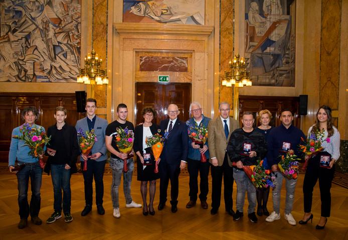 Pieter van Vollenhoven, voorzitter van de Stichting Maatschappij en Veiligheid (SMV), poseert met de ontvangers van de Prof. Mr Pieter van Vollenhoven Penning. Ruben staat tweede van links.
