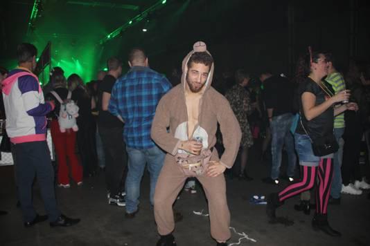 Noah van der Heijden besloot een berenpak aan te doen. Hij vindt het foute feest helemaal geweldig.