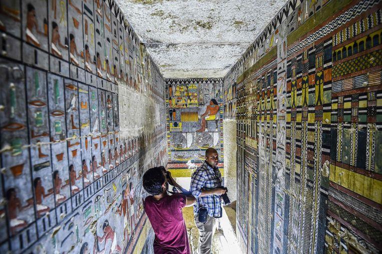Journalisten filmen de pas ontdekte graftombe van de vroegere Egyptische edelman Khuwy.