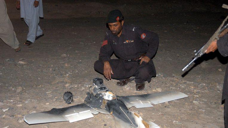 Een Pakistaanse soldaat bekijkt een in Pakistan gecrashte Amerikaanse drone, eind augustus 2011. Beeld anp
