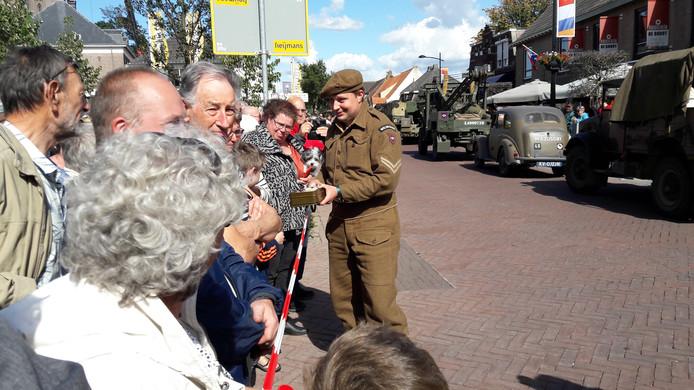 Een militair deelt snoepjes uit in Zeeland.