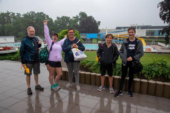 De eerste zwemmers meldden zich om 9.30 uur in de regen.