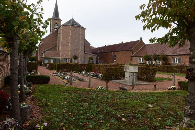 Op het kerkhof achter de kerk verdwijnen 313 graven.