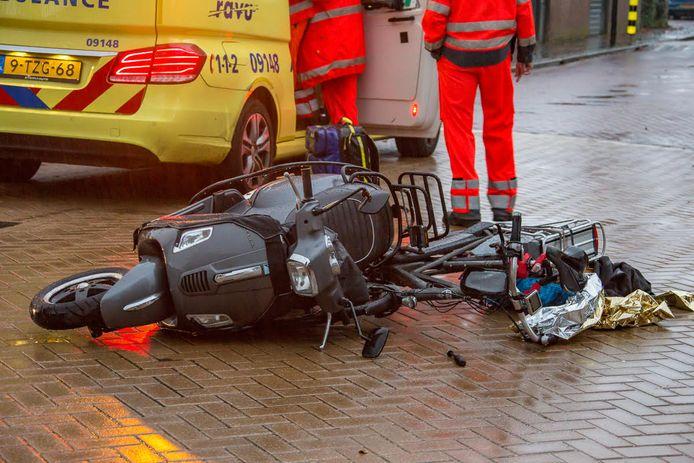 Fietser ernstig gewond na aanrijding met scooter in Abcoude