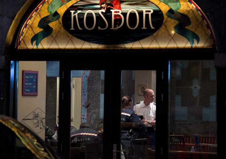 De politie doorzoekt een coffeeshop in Maastricht. Beeld anp