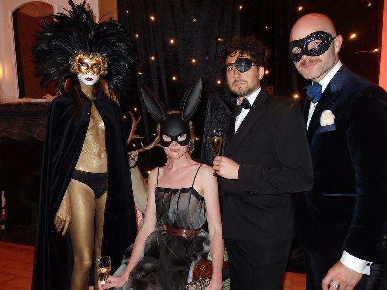 De muze van de avond Annewil, een geblinddoekt hert, actrice Jolanda van den Berg, toneelschrijver Bo Tarenskeen en modeontwerper Mattijs van Bergen (vlnr) van Jolanda's jurk. Beeld Schuim