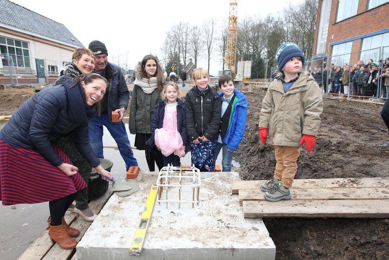 De kinderen van de basisschool kwamen helpen om de eerste steen van hun nieuwe school te leggen.