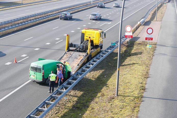 Een vrouw rijdt haar auto tegen de vangrail op de A2 bij Eindhoven