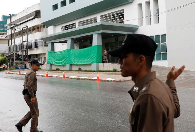 De ingang van het ziekenhuis waar de slachtoffertjes naartoe worden gebracht is afgeschermd.