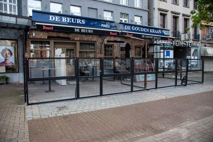 De bouw van een winterterras aan De Beurs startte vandaag op dag 1 van de lockdown.