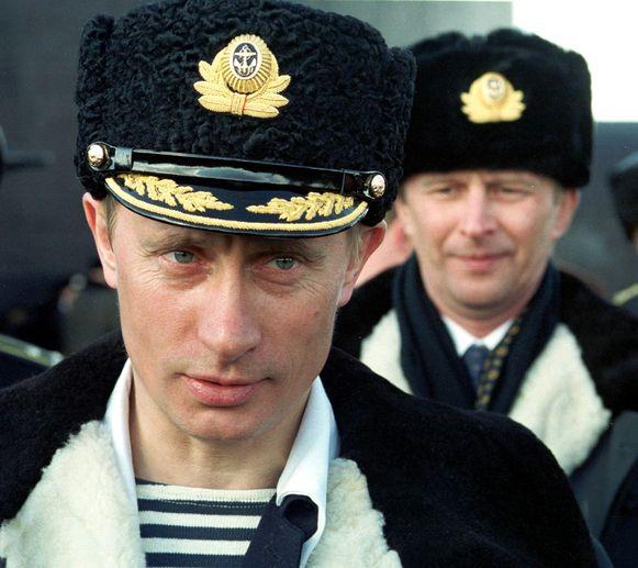In gepaste outfit schouwt hij de marine in 2000. Toch is de militaire macht van Moskou niet per se zo groot als Poetin wil doen geloven.
