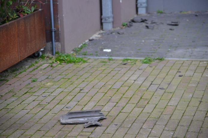In de Ceresstraat in Breda zijn dakpannen van een dak gewaaid door de harde wind.