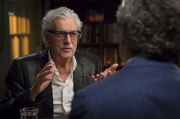 Interviewer Coen Verbraak gaat in gesprek met schrijvers, waaronder Jan Siebelink. Beeld NTR / Lilian van Rooij