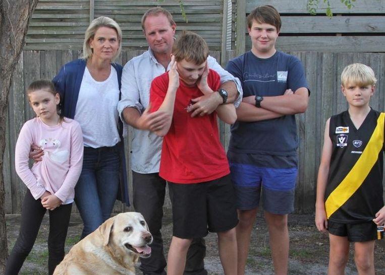 De familie Whelan. Max wordt door zijn vader vastgehouden. Van links naar rechts: Georgia (7), mama Liz, papa Sean met Max, Thomas en Harrison. Voor de familie zit hond Kimba.