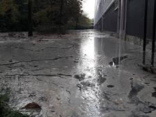 Straat blank door gesprongen waterleiding