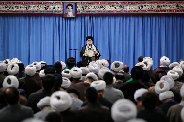 Ayatollah Ali Khamenei in het interview met de staatstelevisie. Beeld EPA