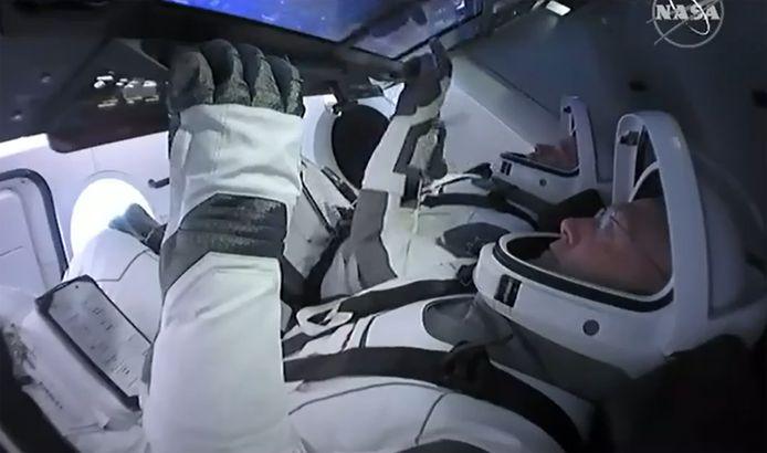 De astronauten Bob Behnken en Doug Hurley zaten al in de capsule Crew Dragon.