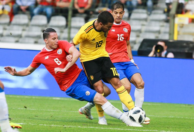 Oviedo in de tackle bij Eden Hazard.