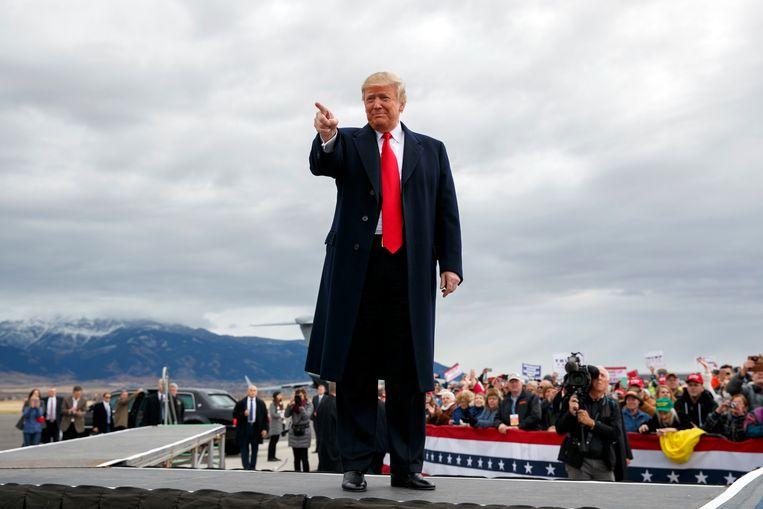 De Amerikaanse president Donald Trump zaterdag tijdens een campagnebijeenkomst op het Bozeman Yellowstone Interdational Airport. Beeld AP
