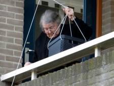 Oma Van der Kamp uit Genemuiden at bijna iedere dag bij haar zoons, nu krijgt ze haar maal in een mandje