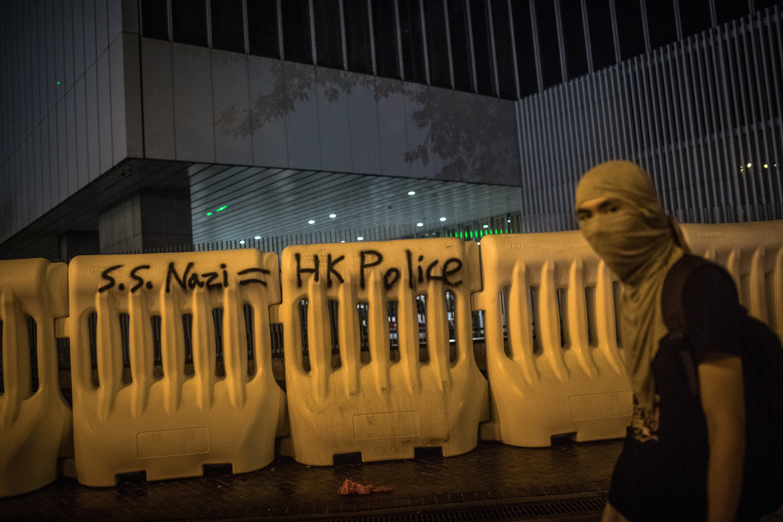 Een demonstrant loopt langs een barricade bij een overheidsgebouw in Hongkong.