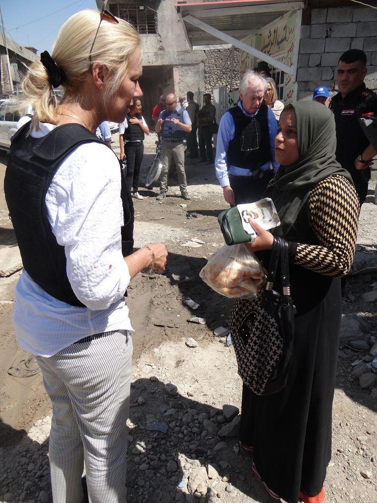 Minister Kaag spreekt met een inwoner van Mosul. Beeld Marno de Boer