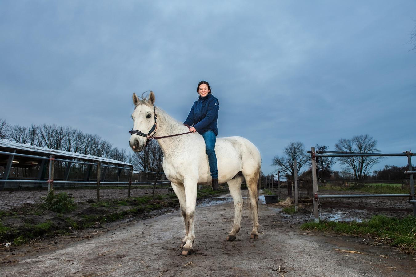 Myrthe de Pont viel afgelopen zondag met haar pony Blitz in de sloot. Met maar liefst 16 hulpverleners kregen ze de pony weer op het droge.Myrthe nog even zonder cap en zadel op Blitz, die waren nog niet droog na de plons.