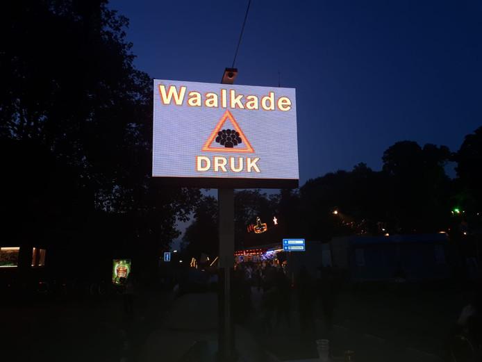 Via borden waarschuwt de festivalorganisatie voor de enorme drukte.