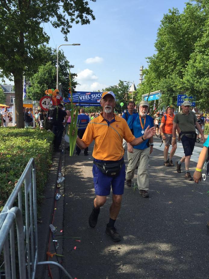 Piet Eland finisht voor de 25e keer in Nijmegen.