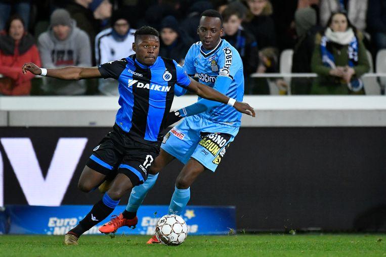 Lukebakio (r) in duel met Limbombe van Club Brugge