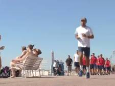 Zonnige strandwandeling ter voorbereiding op Nice