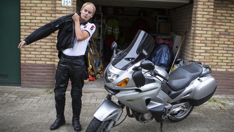 Harry van Bommel met zijn motor bij zijn huis in Diemen. Beeld Julius Schrank