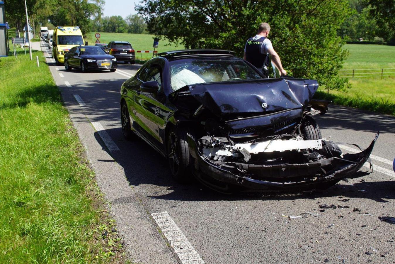 De auto had veel blikschade door het ongeluk.