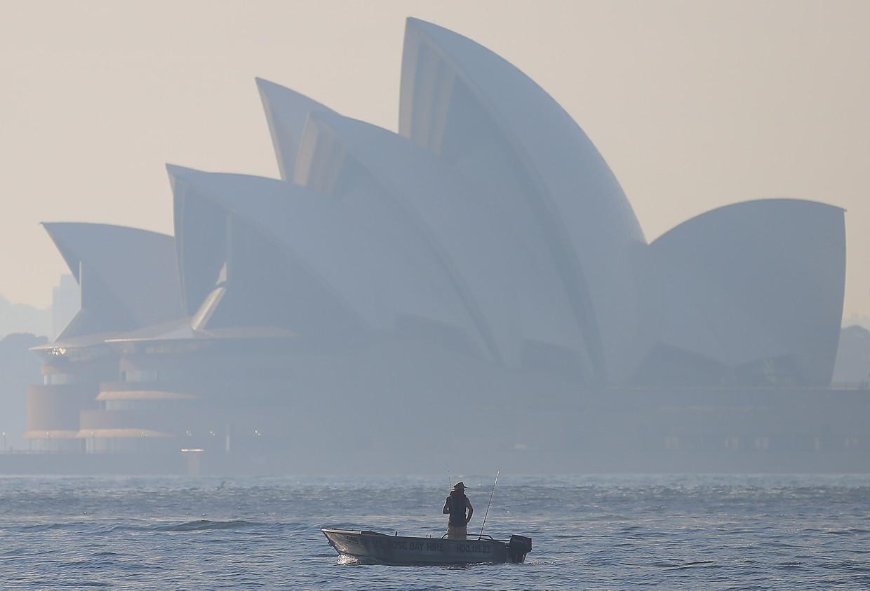 Het Sydney Opera House is door de rook die boven Sydney hangt slecht te zien. Beeld EPA