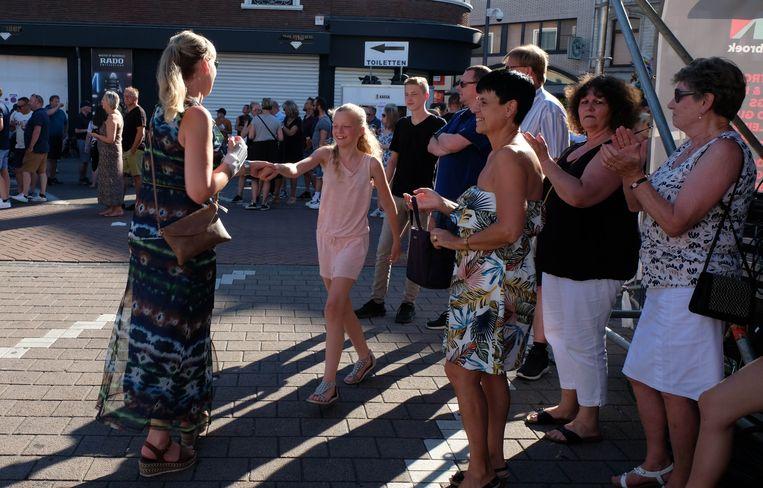 De bezoekers van de Kanaalfeesten bleven veilig in de schaduw, maar hier en daar waagde iemand zich aan een dansje.