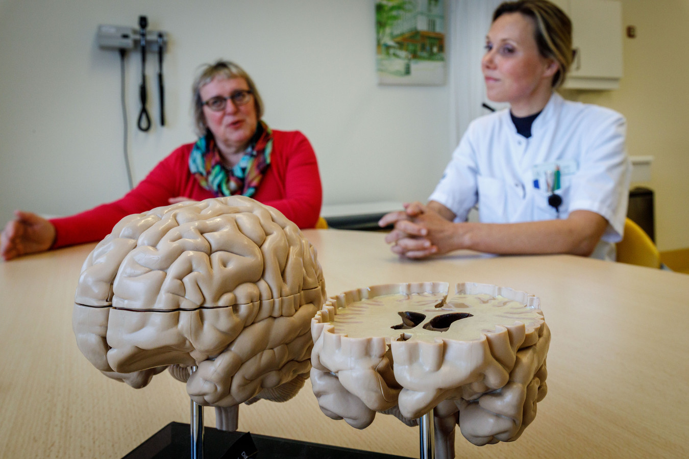 Isala-neuroloog Esther Zeinstra (rechts) is sceptisch over stamceltherapie in het buitenland. Onderzoeker Ellen Kramer (links) probeert de komende tijd in kaart te brengen hoeveel Nederlanders hun heil over de grens zoeken en wat het ze oplevert.