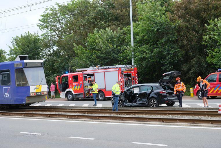 De auto werd gegrepen door de kusttram en enkele meters weggeslingerd. De brandweer diende de twee inzittenden te bevrijden.