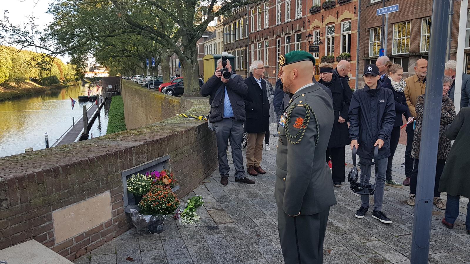Veteraan Marco Kroon (drager van de Militaire Willems-Orde) brengt een groet bij de Bossche herdenksteen.