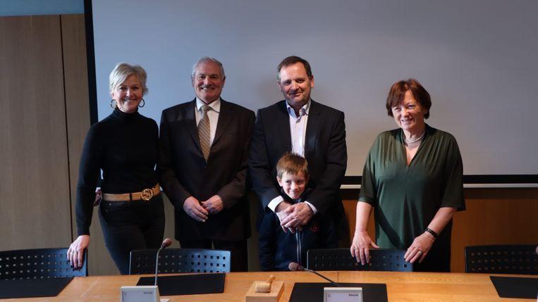 Erik Goorden neemt de fakkel over van Rita Tutelaars. V.l.n.r: Rita Tutelaars, Hugo Jacobs, Erik Goorden met zijn kleinzoon en Yolande Avondroodt.