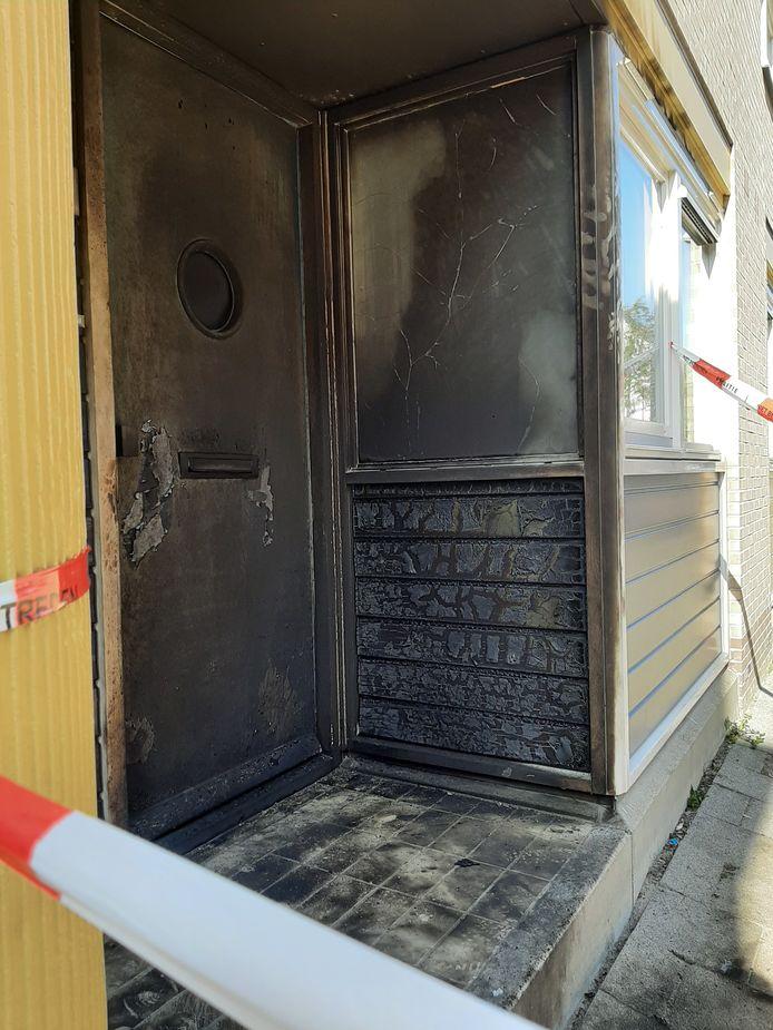 De voordeur en een deel van de gevel zijn als gevolg van de korte brand zwartgeblakerd.