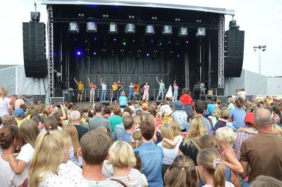 Veel volk tijdens het optreden van #LikeMe op Mini Rock Junior in Denderhoutem.