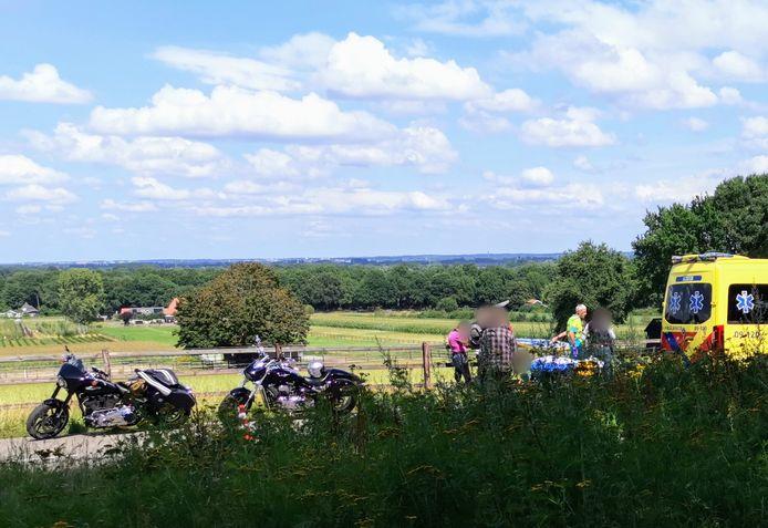 De motorrijder ging onderuit op de Bergweg in Rhenen en belandde tegen het hekwerk naast de weg.