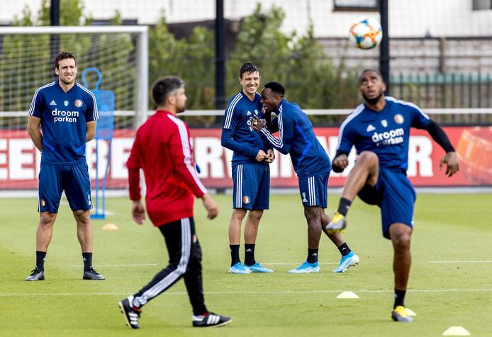 Steven Berghuis en Ridgeciano Haps in de achtergrond hebben lol tijdens de Feyenoord-training.